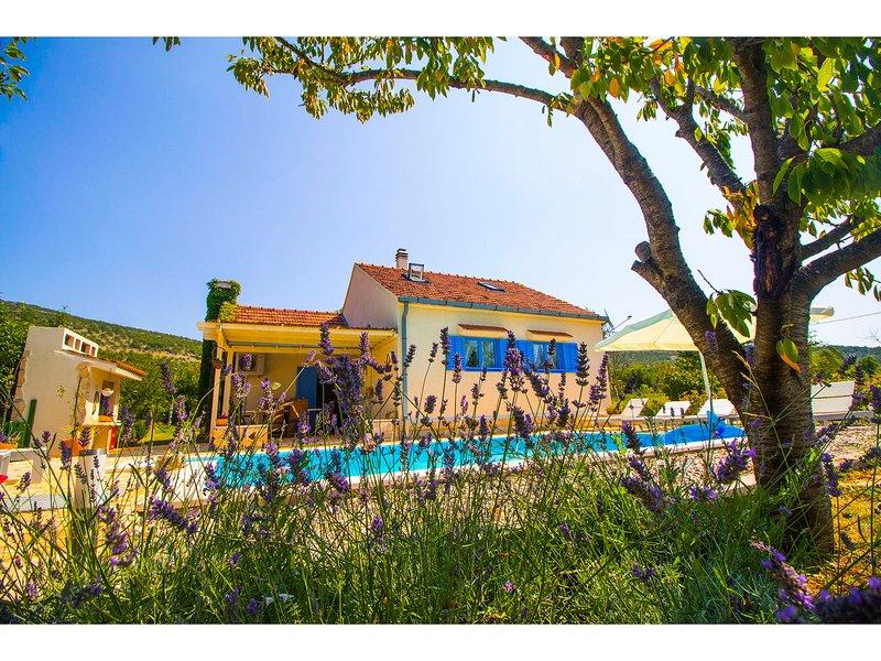 VILLA ROMANSA near Split- private heated pool, free bikes,..., vacation rental in Vedrine