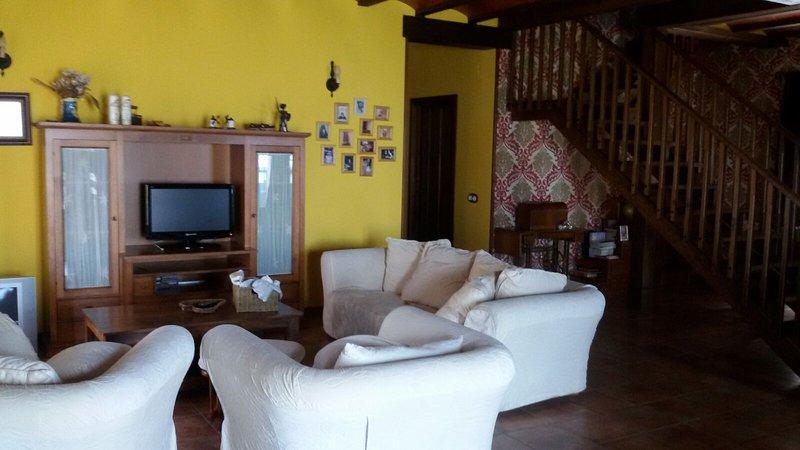 amplio salón con diferentes estancias .