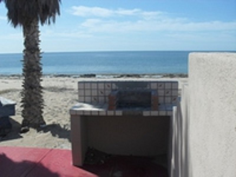 Frente a la playa Patio, con parrilla de carbón
