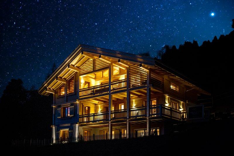 Le chalet Celeste la nuit sous les étoiles