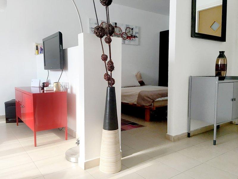Beautiful Stylish 48sqm LOFT in Vibrant TLV Center, vacation rental in Giv'atayim