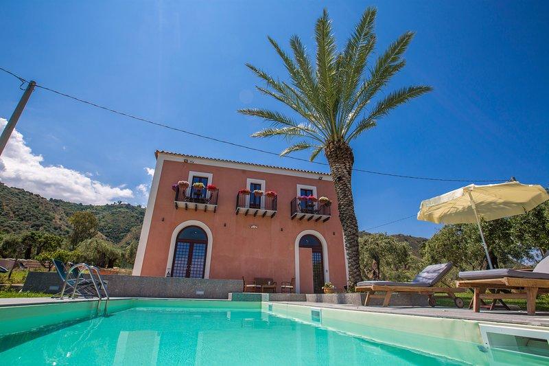 Facciata della villa, il portone sulla sinistra è dell'appartamento Atena.