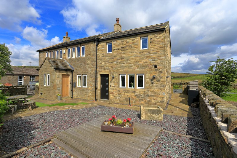 Ford Cottage Holmfirth surrounded by beautiful open countryside