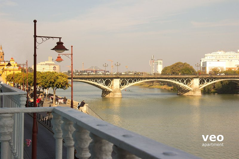 Two-bedroom apartment with wonderful views over the Guadalquivir river.