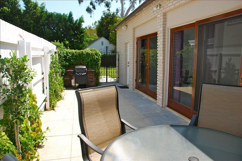 Luxurious Family Friendly NON SMOKING Guest house in Hollywood (2 bdrm/ 2 bth) – semesterbostad i Los Angeles
