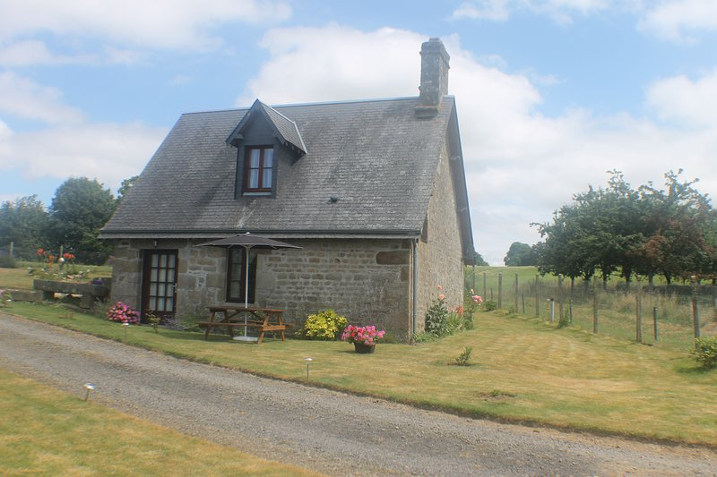 16th Century Stone Cottage, location de vacances à Le Bény-Bocage
