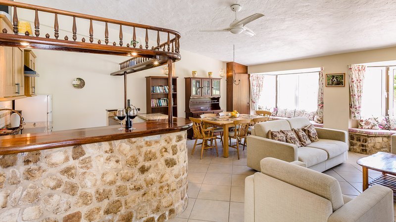 Spacieux salon Cottage avec cuisine bien équipée et un mobilier confortable et canapés-lits doubles.