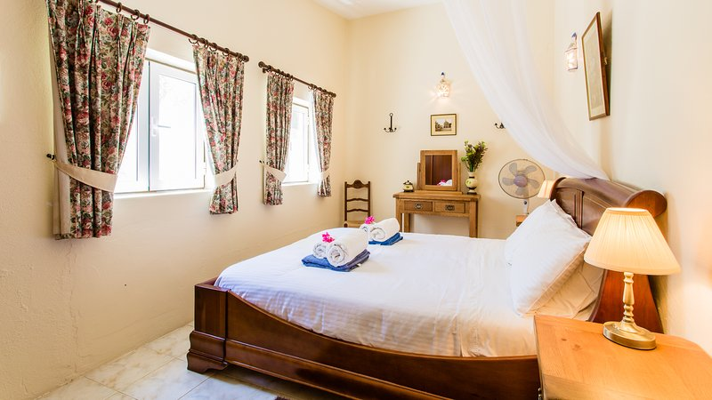 Airy chambre One, lit king size confortable, rideaux occultants, une armoire et armoires.