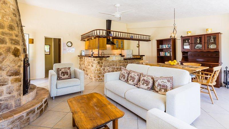 Cottage salon avec un mobilier confortable et canapés-lits doubles et des chaises.
