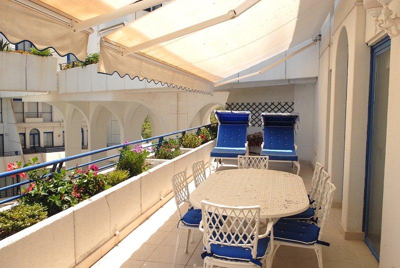 comedor en terraza de 50 m2 con toldos eléctricos