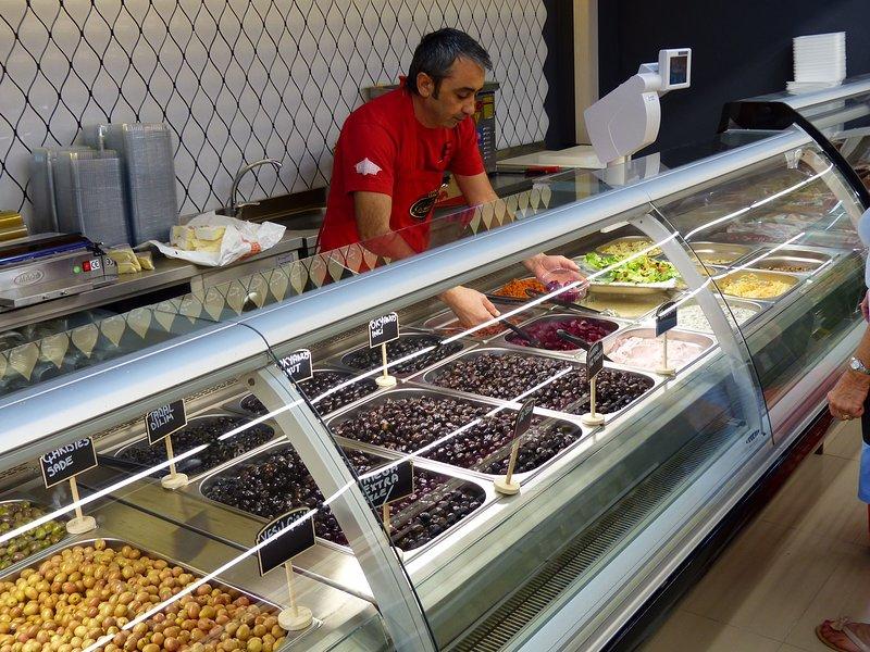 Il supermercato ha 200 via una vasta selezione di prodotti freschi.