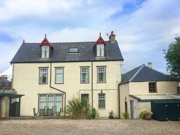 1 SEAFIELD STREET, over three floors, games room, WiFi, off road parking, front, location de vacances à Portsoy
