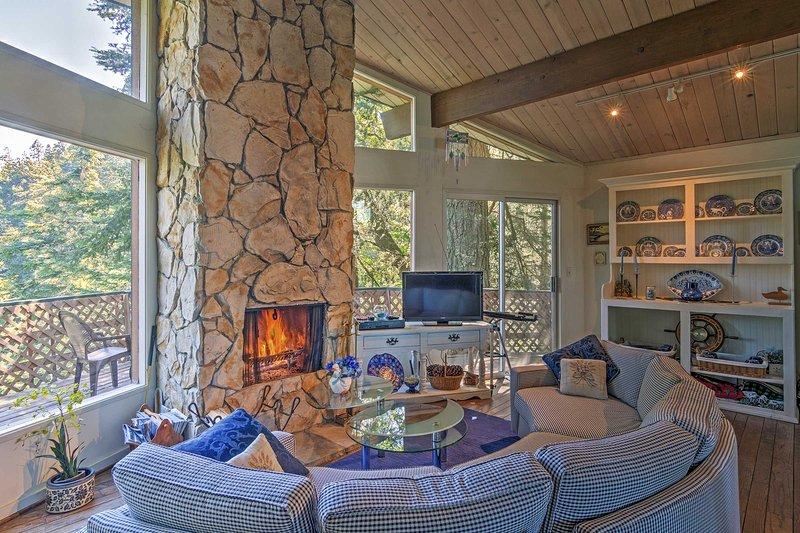 Flucht in die Berge in dieser 3-Schlafzimmer, 2 Badezimmer Lake Arrowhead Ferienhaus Kabine!