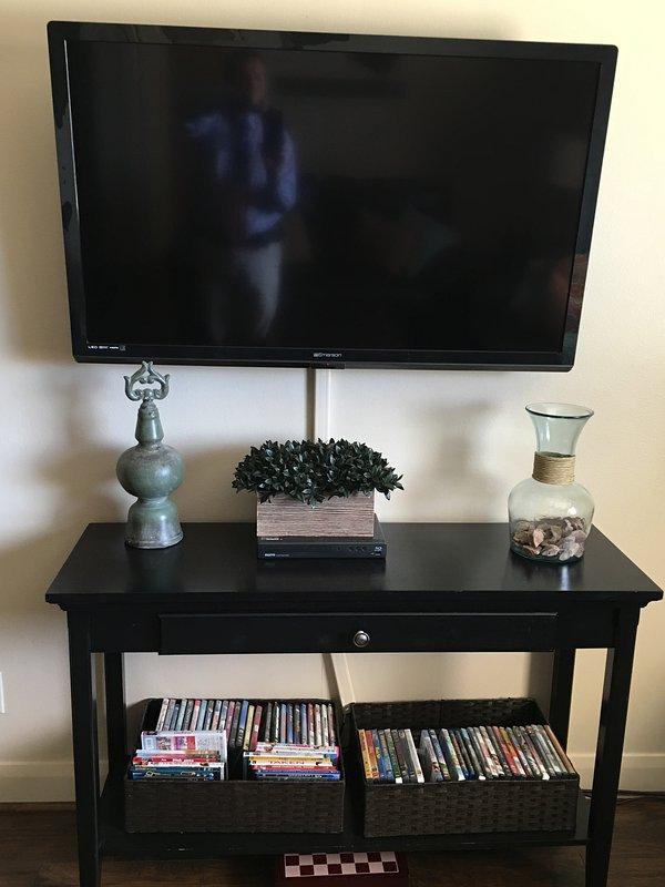 televisión de pantalla plana en salón y dormitorio principal
