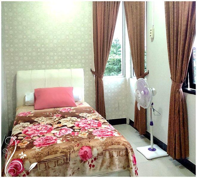Mahogany de Azure Bed n Breakfast, nice warm room, holiday rental in Depok