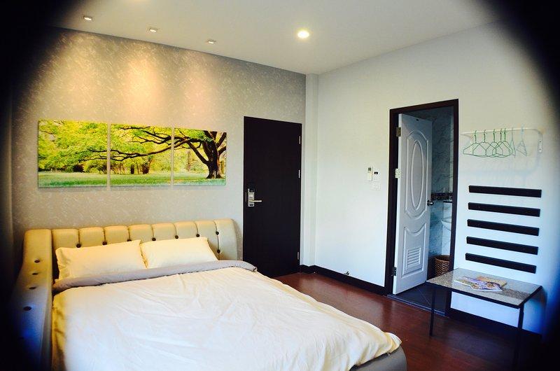 Book 2 double & 1 single rm FREE 1 single rm / BTS / Free WiFi, vacation rental in Samut Prakan
