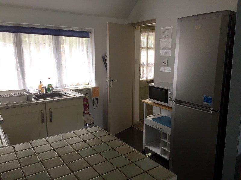 Cuisine, regardant à travers de couloir, l'appartement de vacances Ryder, Polperro