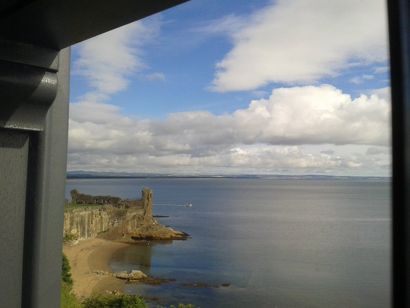 Waterfront house in central St Andrews - overlooking the Castle & Cathedral, location de vacances à St. Andrews