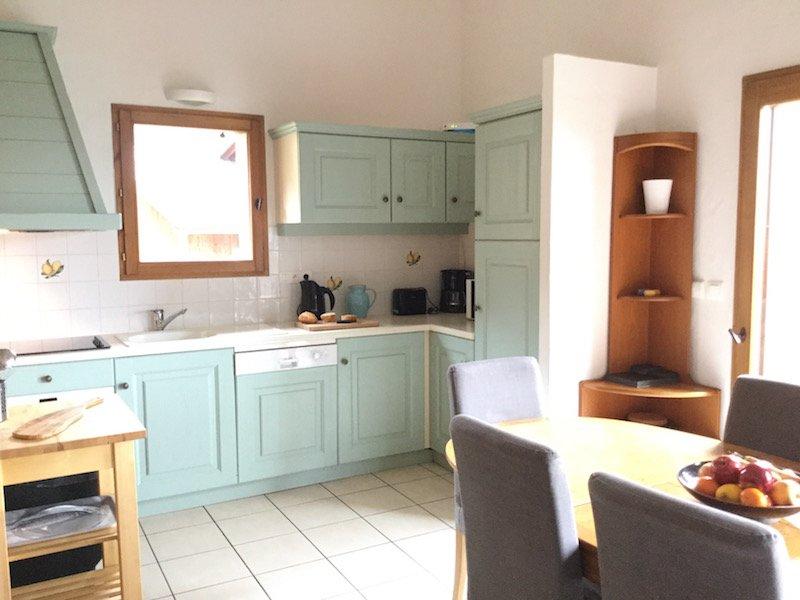 A cozinha belamente pintada