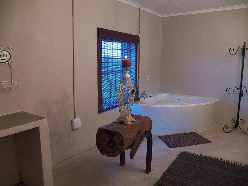 El dormitorio principal tiene una bañera de esquina de baño, así como un aseo.