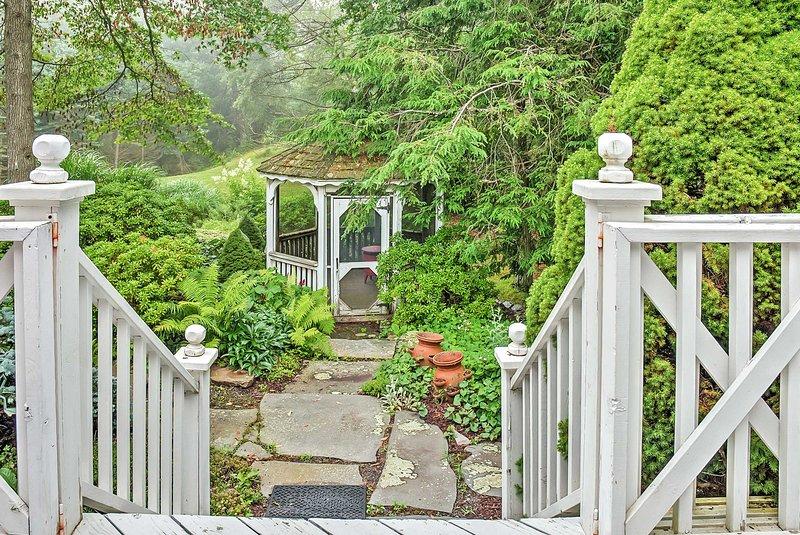Trouvez votre zen dans le jardin luxuriant.