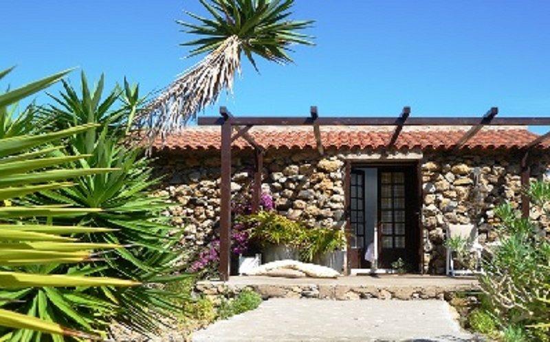 Die Gäste Haus im Garten mit herrlichem Blick auf den Atlantik, tropischen Garten und Pool.