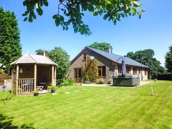 TYNDDOL BUNGALOW, detached, hot tub, woodburner, fantastic views, holiday rental in Llaithddu