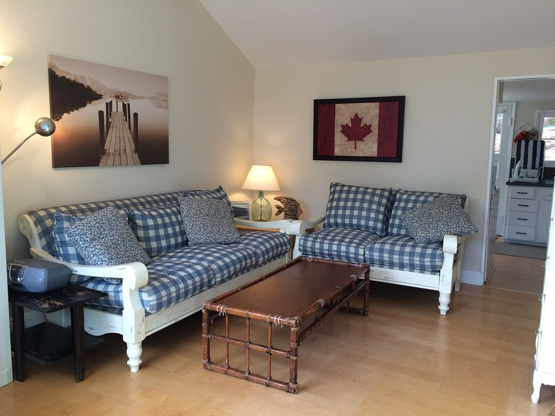 Cute, cozy, clean , original - steps from the lake, holiday rental in Cultus Lake