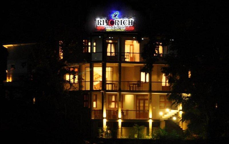 Vårt hotell, visa från över floden, är alla balkonger som vetter mot floden.