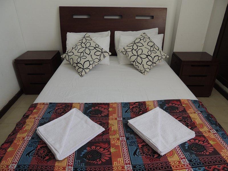 Grote slaapkamer, En pak badkamer en airconditioning.
