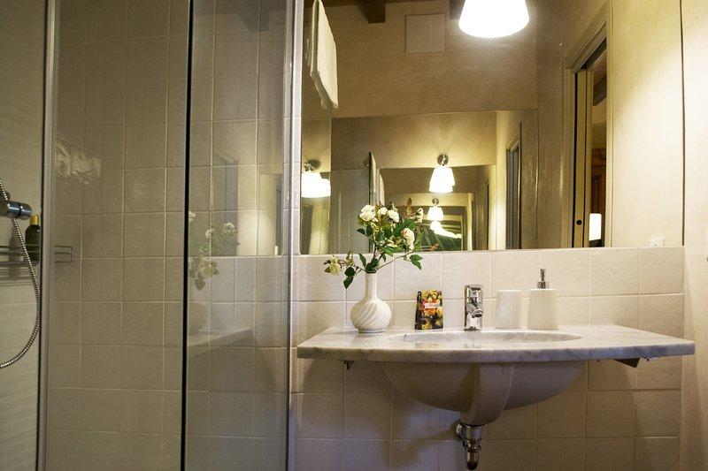 baño privado con ducha del cuarto amarillo