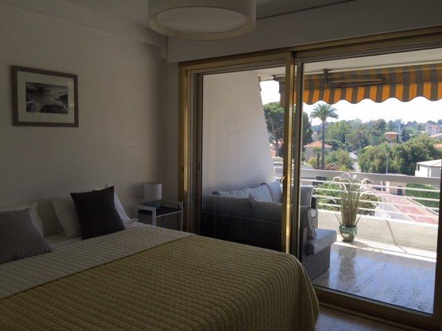 Sovrum 1 med superking säng och tillgång till terrass