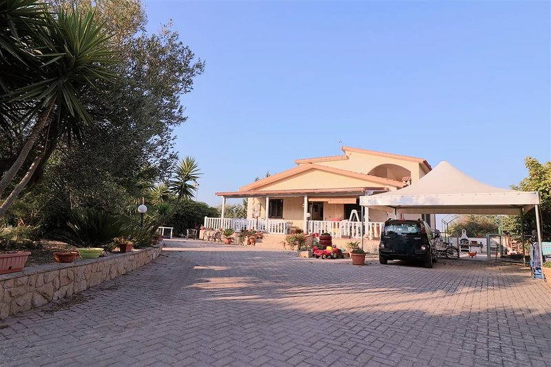 Villa for rent in Salento in Puglia Casarano with large garden and equipped outd, holiday rental in Casarano