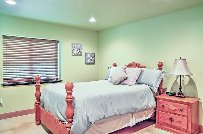 You're sure to sleep easily in this comfy queen bed.