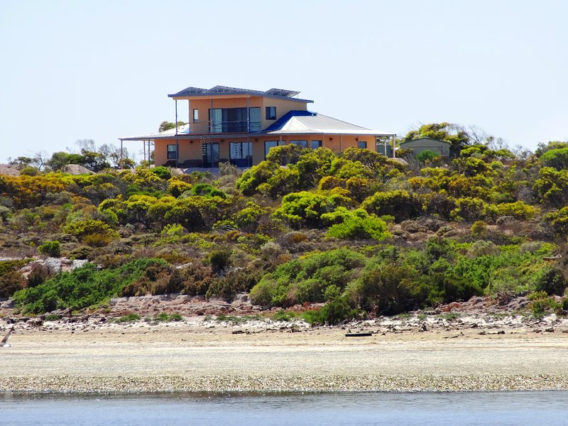 Dolphin, surrounded my nature, eco friendly reliant on solar and wind power, 5 bedroom, pet friendly