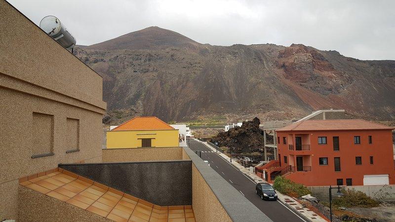Terrasse mit Blick auf das Meer und die Berge