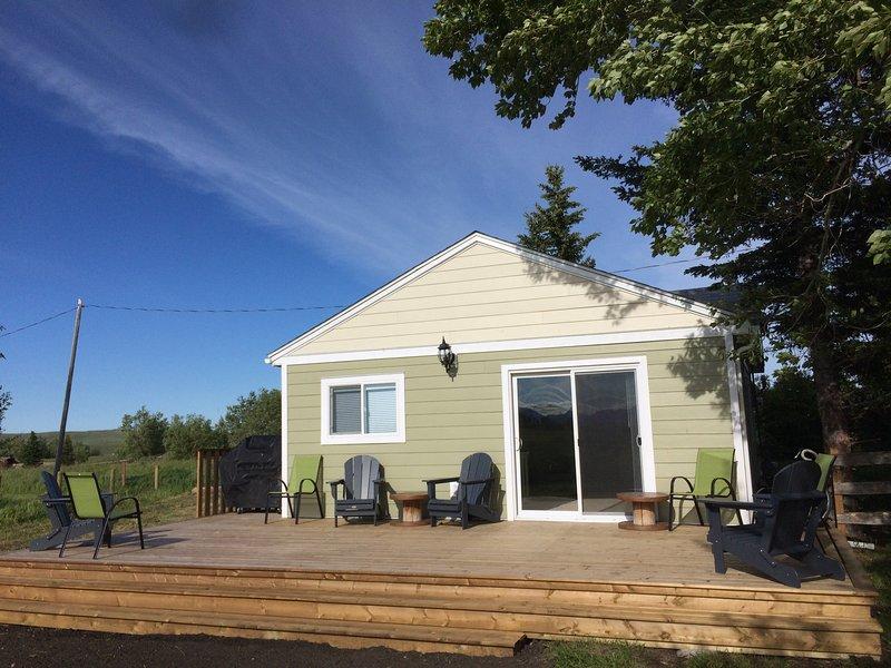 Family Cottage! Sleeps 8. 15 mins from Waterton, location de vacances à Les Rocheuses canadiennes