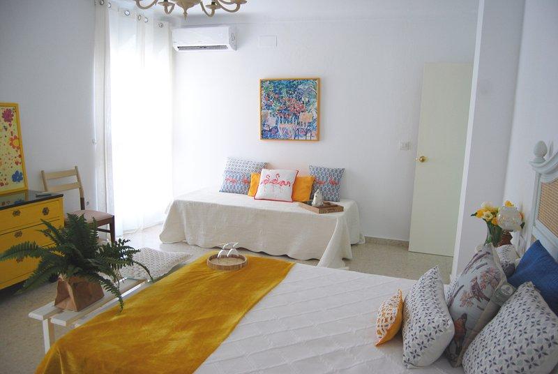 Habitación nº 1, cama de matrimonio y otra individual, aire acondicionado y tv