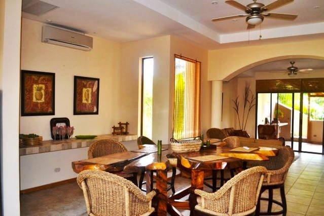 Expansif salle à manger peut accueillir confortablement jusqu'à 12 personnes et est idéal pour se divertir!