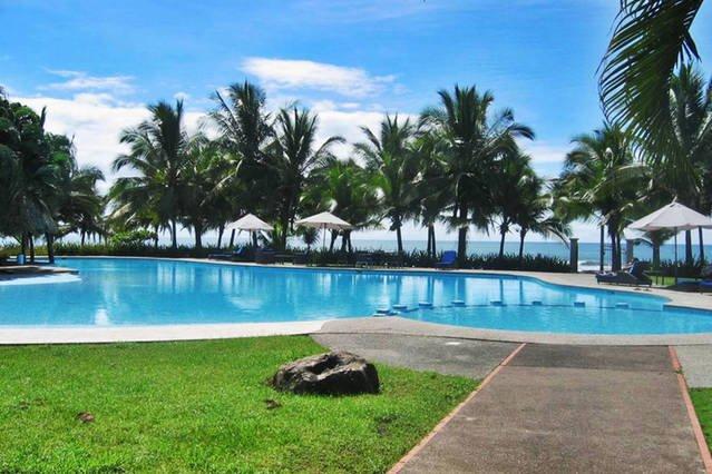 piscine communautaire énorme avec boissons aquatiques et bar snacks, et l'accès à côté de la plage