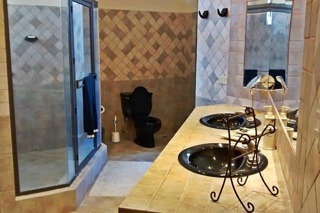 Salle de bain principale avec ses / lavabos, et à pied massives dans la douche!