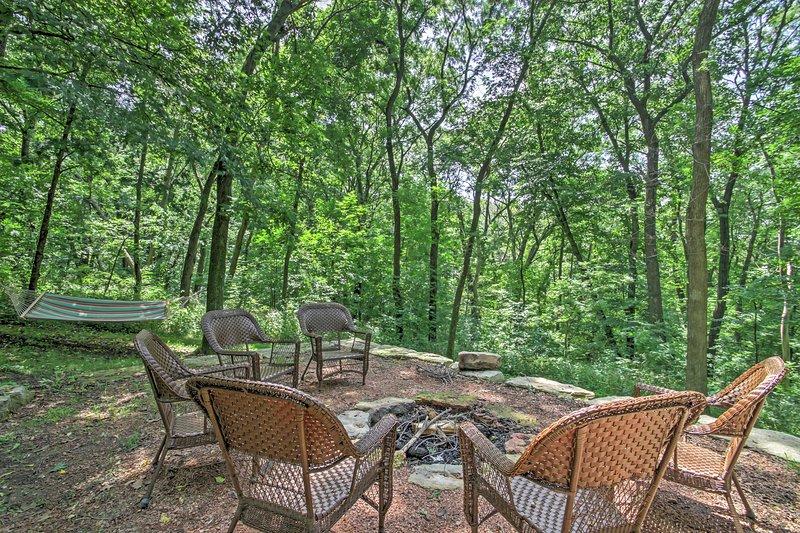 U zult genieten van tijd doorbrengen buiten in de mooie achtertuin van dit huis, met een hangmat en nieuwe vuurkorf.