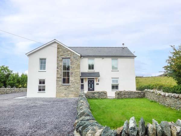CHAPEL HOUSE, rural views, near beaches, off road parking, with a garden, in, location de vacances à Llanfachraeth