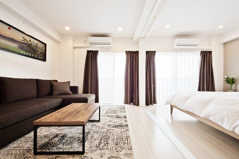 Sala de estar e quarto 1 (quarto 1 é separado dos outros quartos por portas de correr)