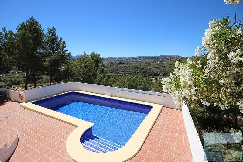 Bella piscina, ampia terrazza, vista superba, a 5 minuti dalla spiaggia, città e ristoranti. Negozi 2 min.