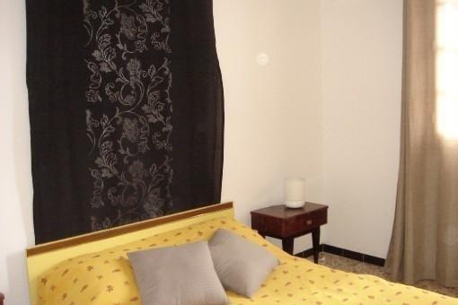 Ένα από τα δύο υπνοδωμάτια με ένα μεγάλο κρεβάτι