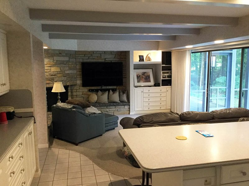 Sala de televisión y proyectado en el pórtico que se adjunta a la cocina