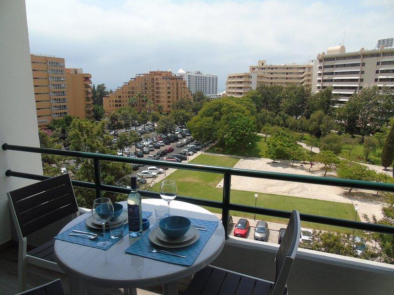 Tomar uma bebida na varanda relaxante de frente para pôr do sol e piscina.