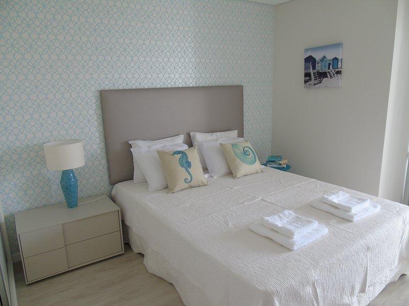 Um confortável cama de 160 centímetros de largura com um novo colchão de látex fazer o seu sono um sonho tornado realidade!