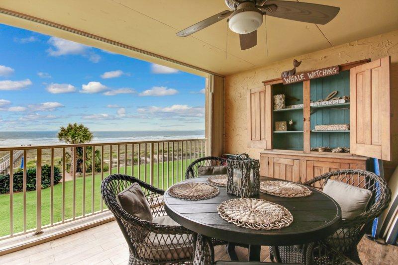Grote oceaan uitzicht vanaf de grote veranda - met tal van strandstoelen en boogie boards en handdoeken